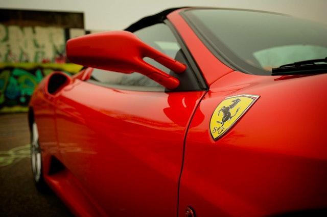 Upplev hur det känns att köra en Ferrari